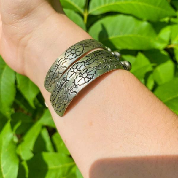 Three Stone w: Flower Sideview Silver Plated Bangle Bracelet-w900-h900